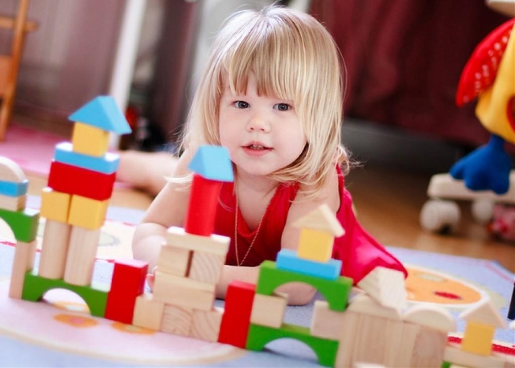 Двухлетняя девочка с кубиками