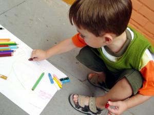 Ребёнок младшего возраста занят рисованием