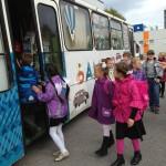 Дети заходят в общественный транспорт