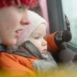 Мама рассказывает ребёнку что он видит за окном