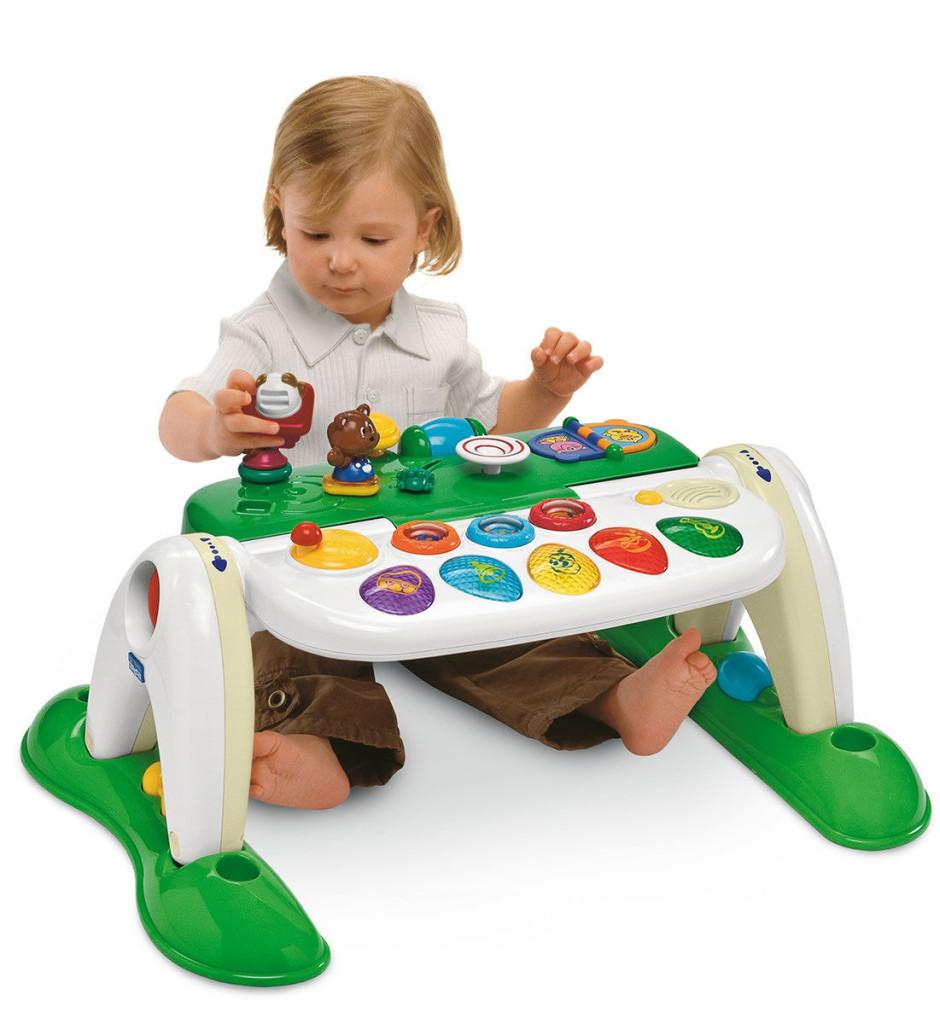 Девочка-ребёнок с развивающими игрушками