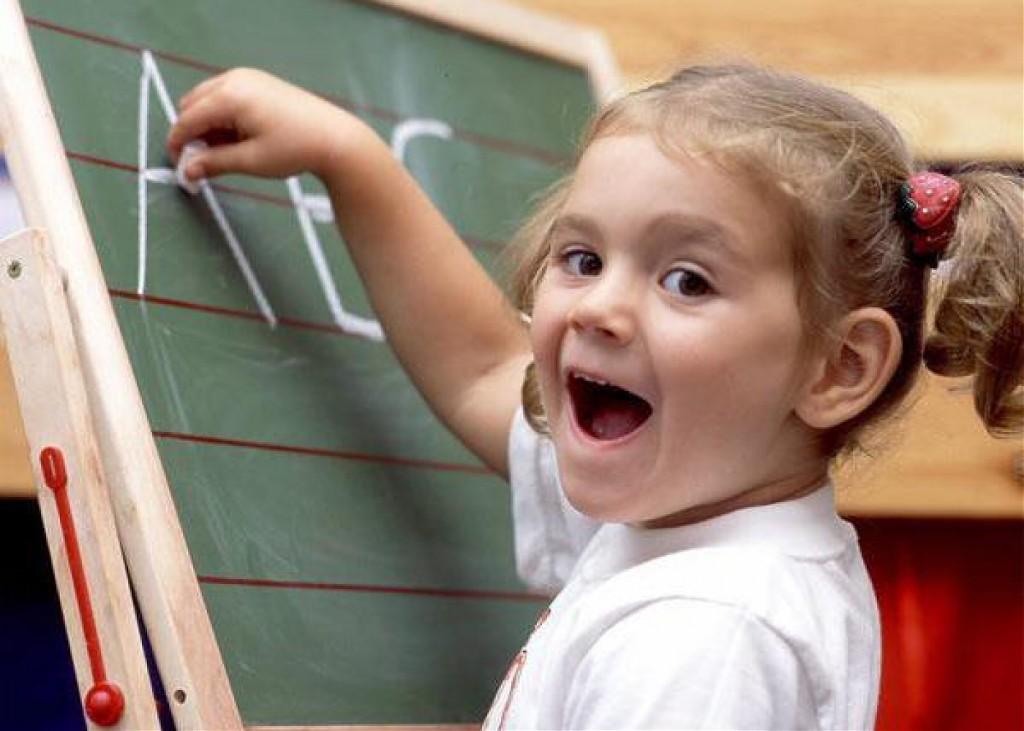 Пятилетняя девочка у доски