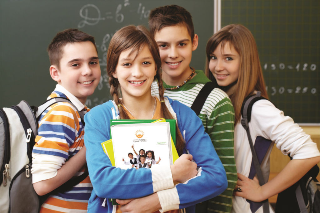 Подростки в школе у доски
