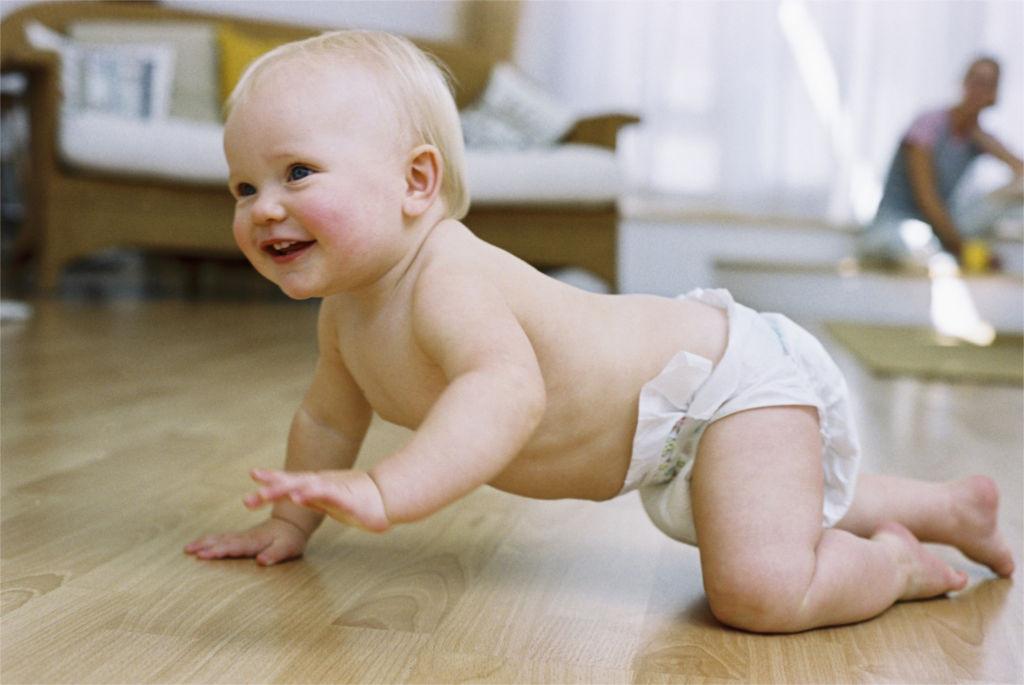 Шестимесячный ребёнок ползает по полу