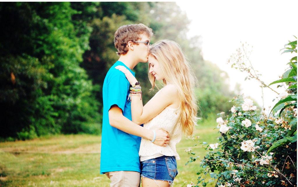 Юность. Парень с девушкой на фоне леса
