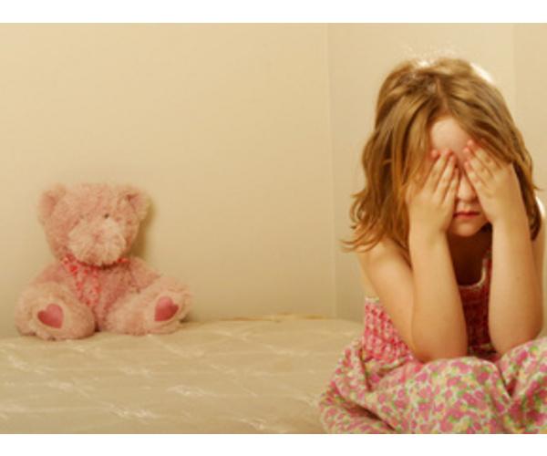 Девочка плачет закрыв лицо руками