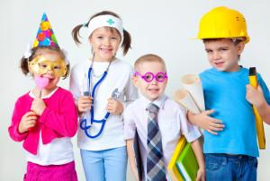 группа из 4 детей в костюмах разных профессий
