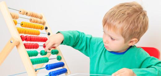 Дошкольник сичтает с помощью счётов