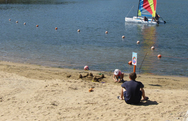 Обустроенный безопасный детский пляж