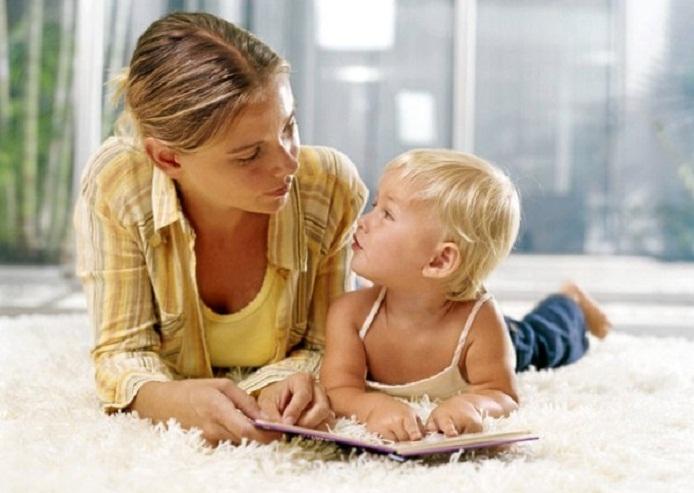 С первых дней надо заниматься с малышом над развитием речи