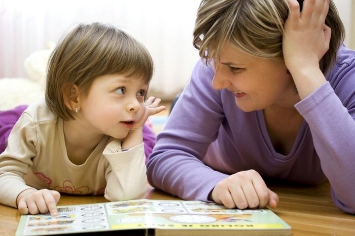 Мама и дочка читают