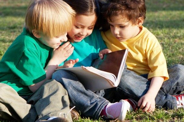 Дети 6-ти лет читают книгу