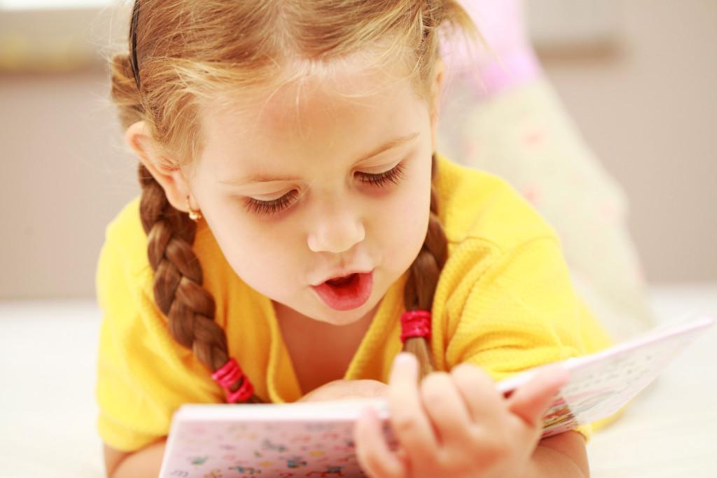 Девочка 4 года читает книгу