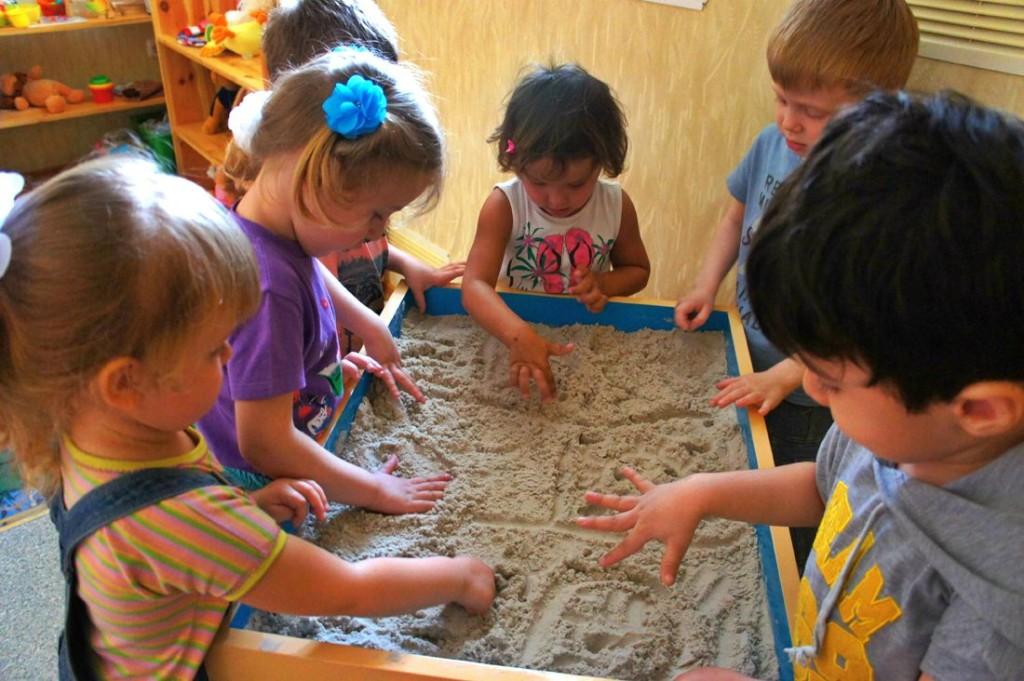 Игры с песком и мелкими предметами очень помогают развитию мышления