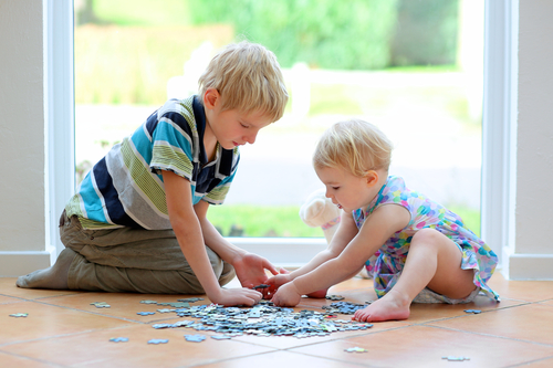 Старшие дети отлично отвлекают и обучают малыша