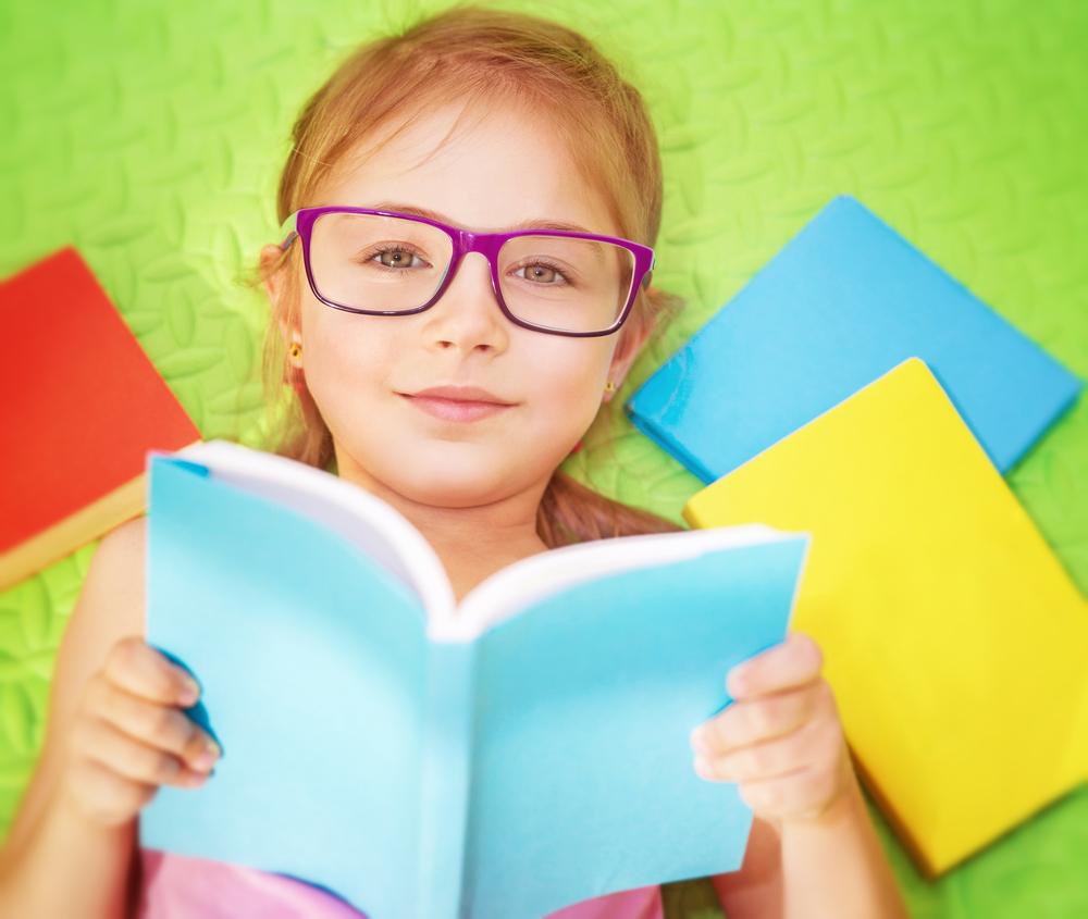 Девочка 6 лет учится читать