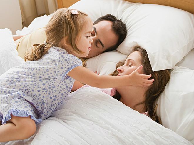 Девочка будит родителей