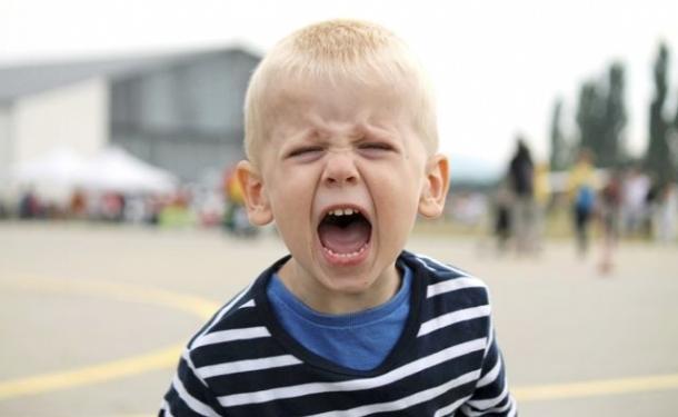 Ребенок кричит на улице