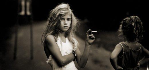 Девочка курит