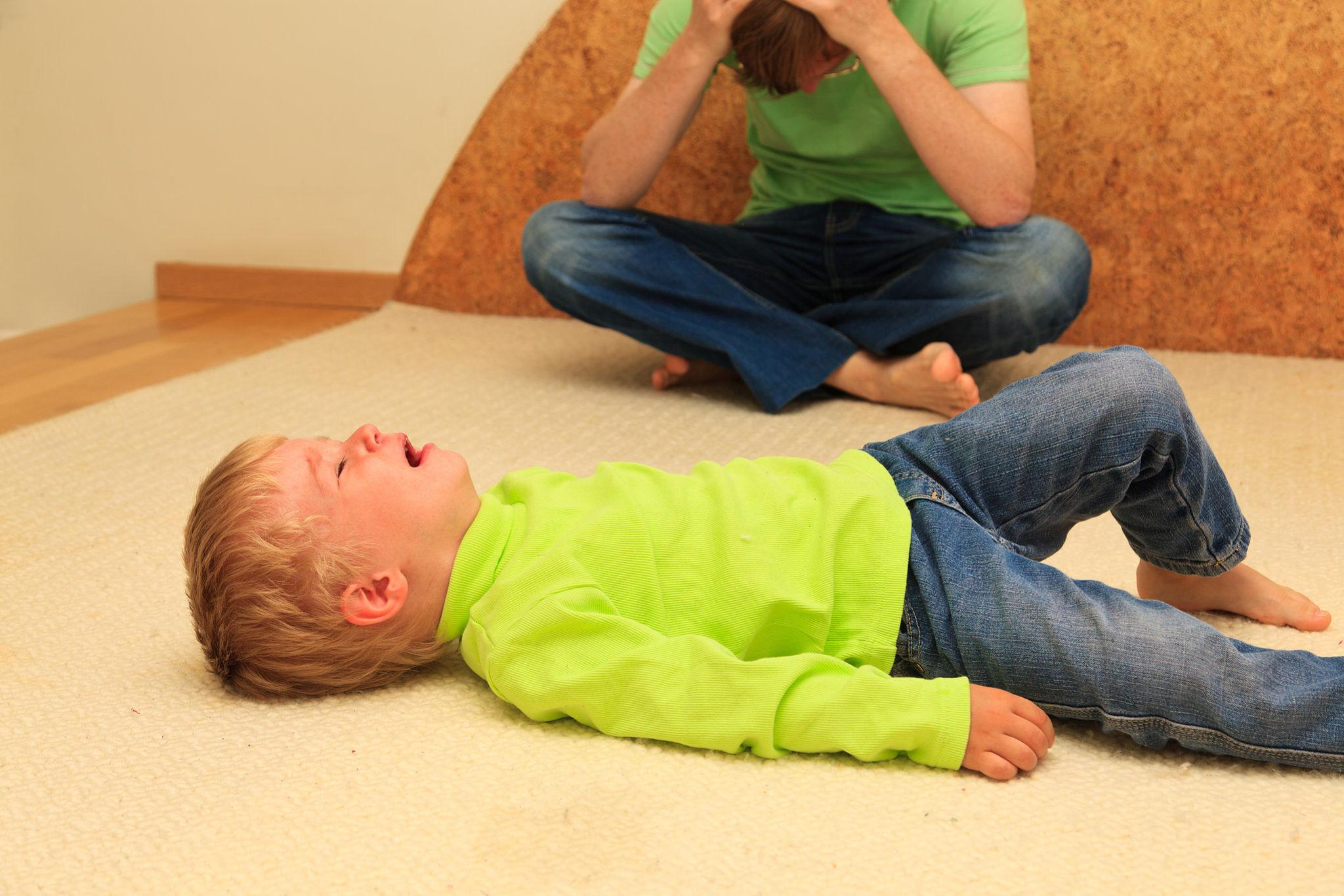 ребенок год и три бьется головой ведь нельзя прямо