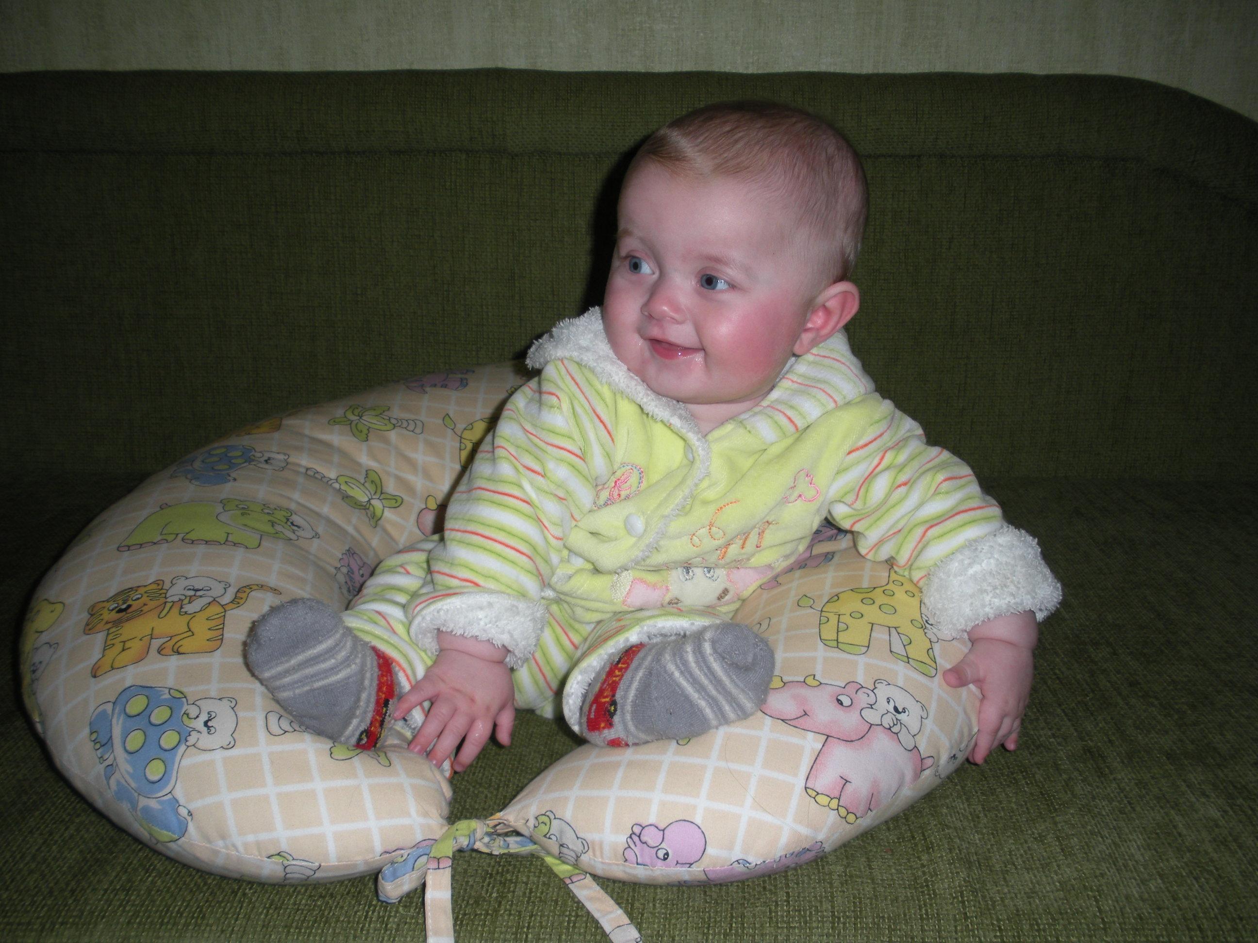 Ребенок в 7 месяцев сидит фото