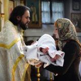 Можно ли женщине во время месячных крестить ребенка?