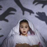 Ребенок боится темноты. Как помочь ему и что делать в этом случае?