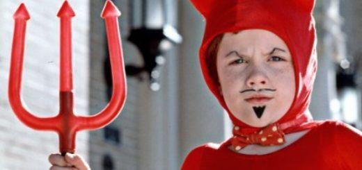 Мальчик в 8 лет в костюме супер-героя