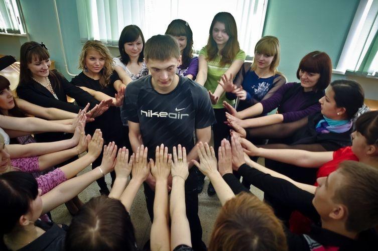 Занятия в группе подростков