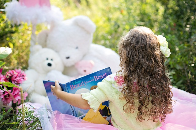 Девочка читает игрушкам