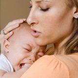 Плач ребенка и мама