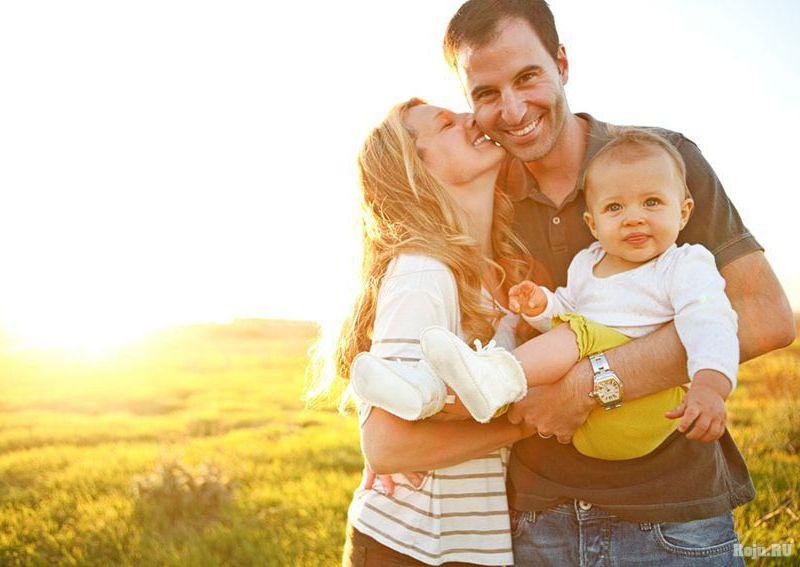 Спокойные родители и малыш