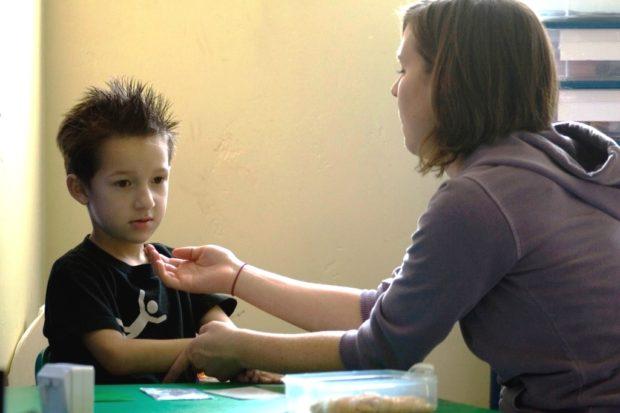 Ребенок аутист не смотрит в глаза