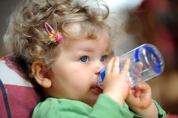 Дать ребенку попить воду