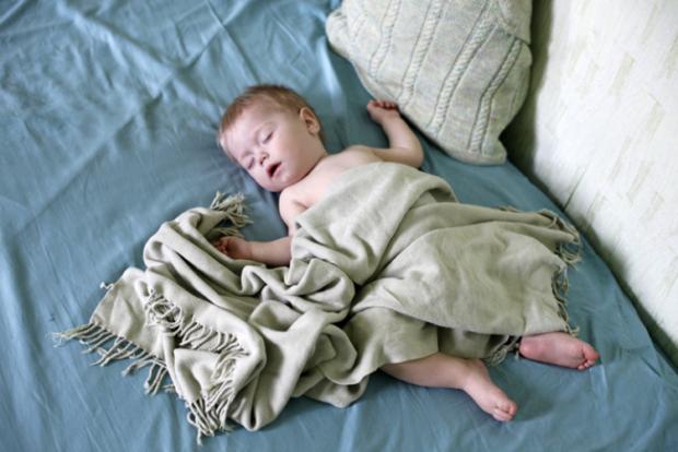 Не надо укутывать при температуре ребенка