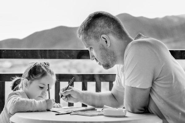 Папа помогает дочке в изучении английского