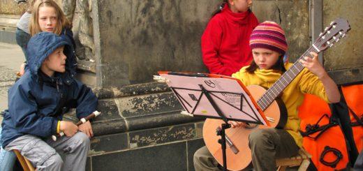 Учимся с ребенком играть на гитаре