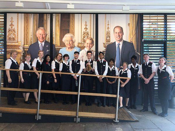 Команда королевы удивила школьницу, потерявшую игрушку во дворце