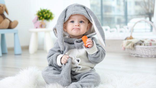 ребенок с морковкой
