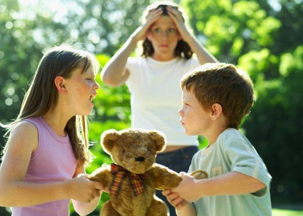 Дети ссорятся за игрушки
