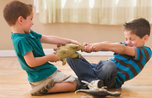Почему ребенок не хочет делиться игрушками