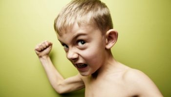 Неадекватное поведение ребенка: как себя вести в таких ситуациях?