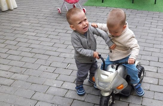 Малыш не хочет давать свою игрушку на площадке