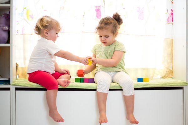 Как научить ребенка делиться своими игрушками