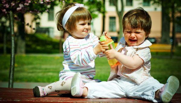 Должны ли дети делиться игрушками