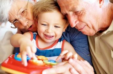 Бабушка и дедушка балуют внука