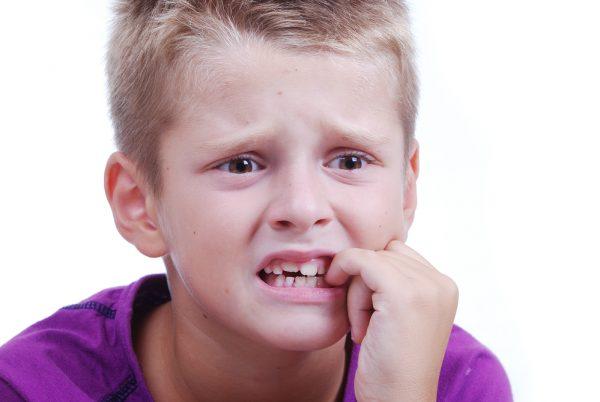 Почему ребенок грызет ногти и как его отучить от этой вредной привычки