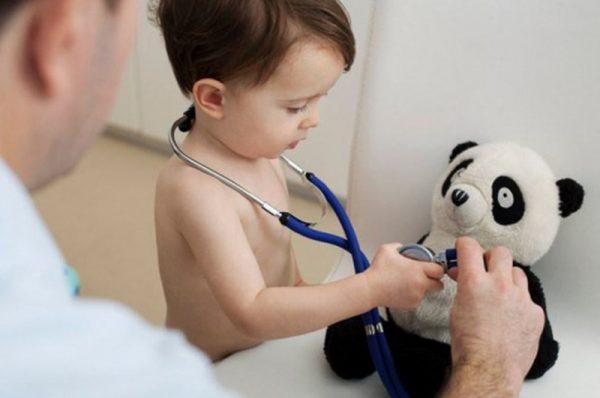 Ребенок лечит мишку