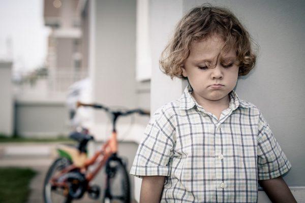 Ребенок растет завистливым: почему и что делать?