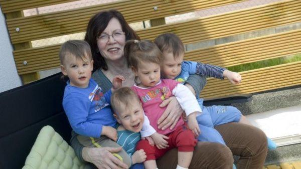 Как справляется с детьми женщина, родившая четверню в 65 лет - Не справляется